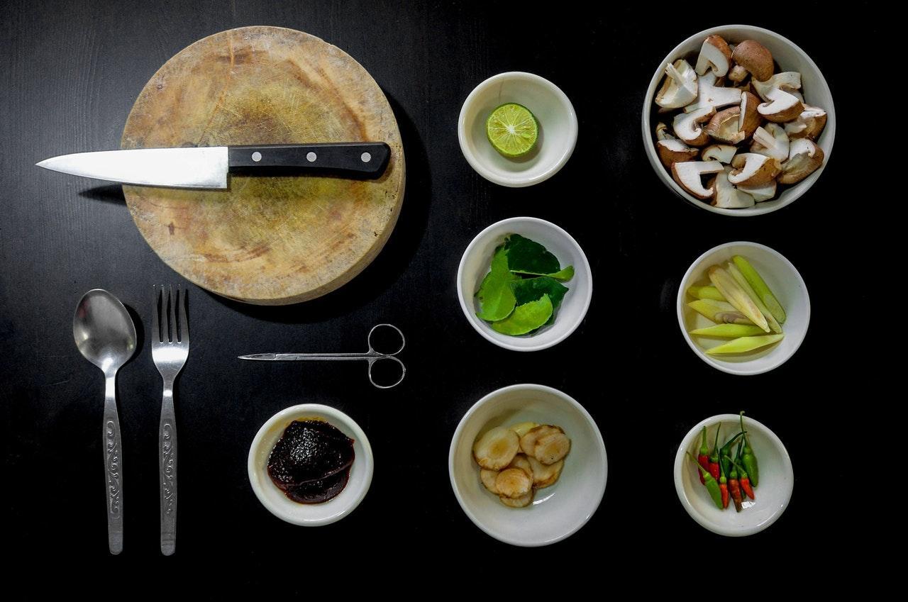 Auxiliar x Ajudante de cozinha: o que faz cada profissional?