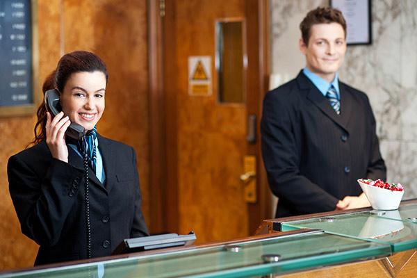 O que faz um recepcionista e qual sua importância para o hotel?
